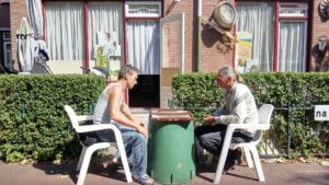 Peter en Johan spelen backgammon