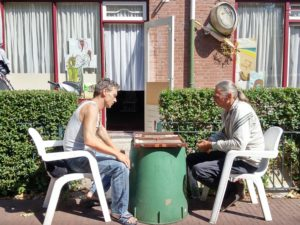Peter en Johan spelen backgammon