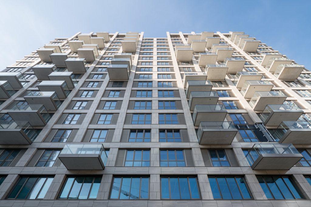 Nieuwe gevel met verspringende balkons