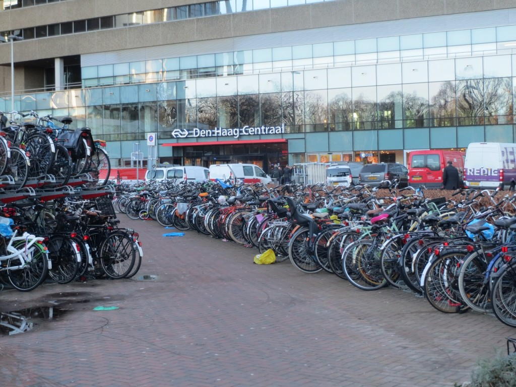 Fietsen op plein Den Haag Centraal
