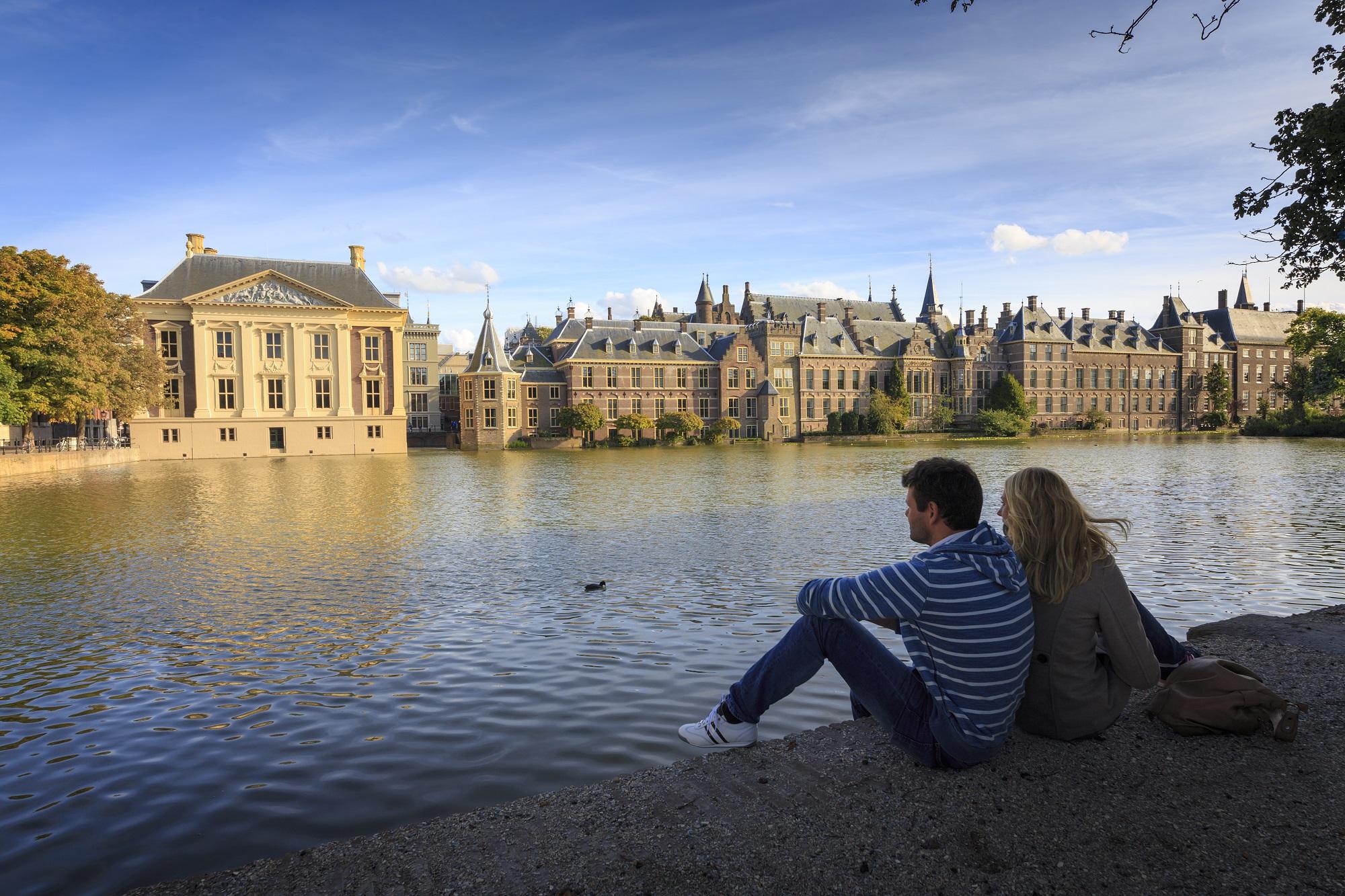 Netherlands, Den Haag. Binnenhof en Hofvijver