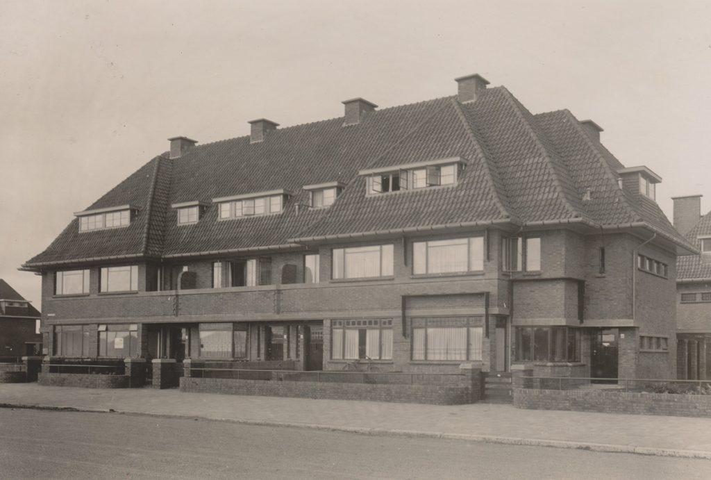 2_De Sportlaan 255-263 in 1940, met een door Koos Fels ontworpen strook woningen. In het tweede huis van rechts heeft hij gewoond en gewerkt woningen.