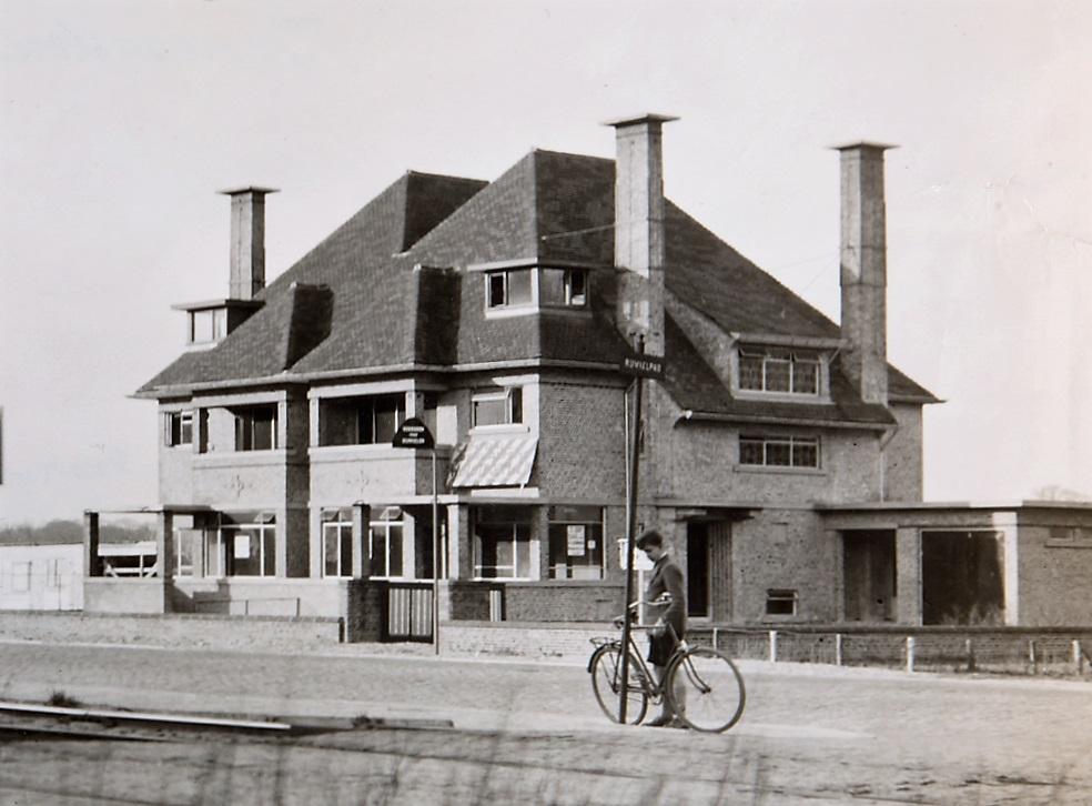 3_De Sportlaan in 1937, gezien naar de Vliegenvangerlaan. De blokjes geschakelde woningen zijn ontworpen door Koos Fels