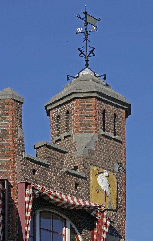 Het door NV Stadsherstel gerestaureerde Laakhavenkantoor uit 1900. Het opnemen van de Haagse ooievaar in gemeentelijke gebouwen was een idee van Lindo (foto Koos Havelaar)