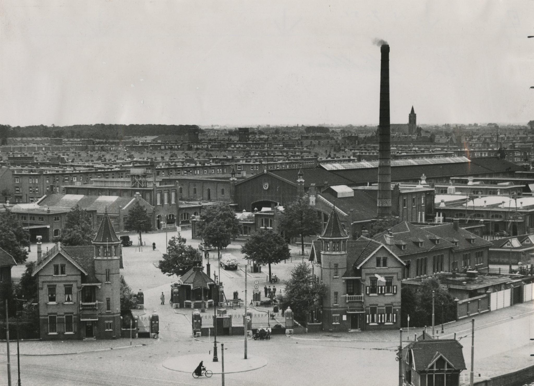 Het gemeentelijk Slachthuisterrein in 1951, gezien in de richting van het voorplein waarop de eerste decennia het vee werd binnengebracht (foto Haags Gemeentearchief)