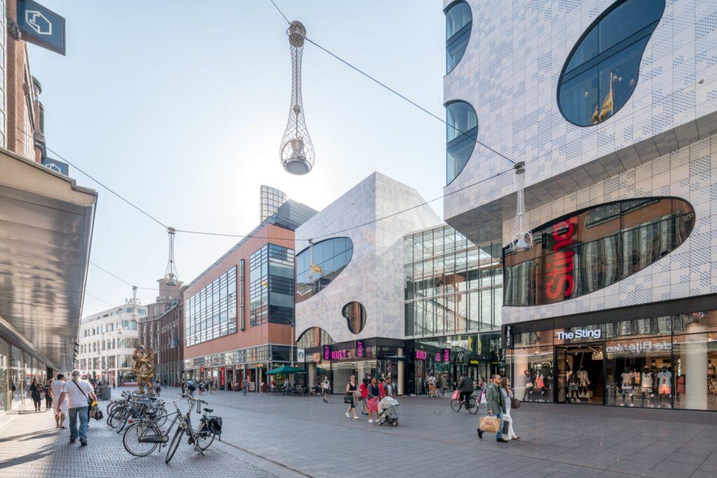 Grote Marktstraat met fietsen en winkelend publiek