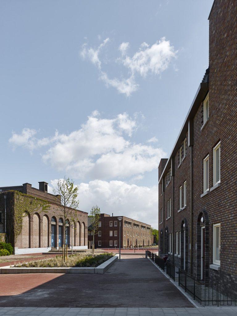 combinatie nieuwe woningen en kerk in Bossche school architectuur HVDH
