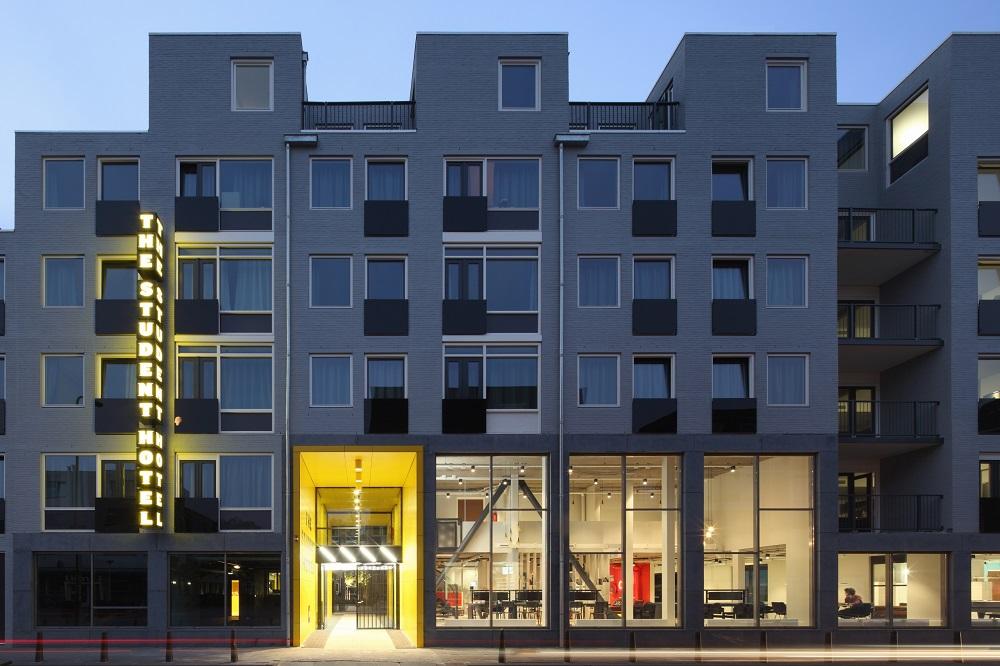 voorgevel met open gevel naar de straat door HVE architecten