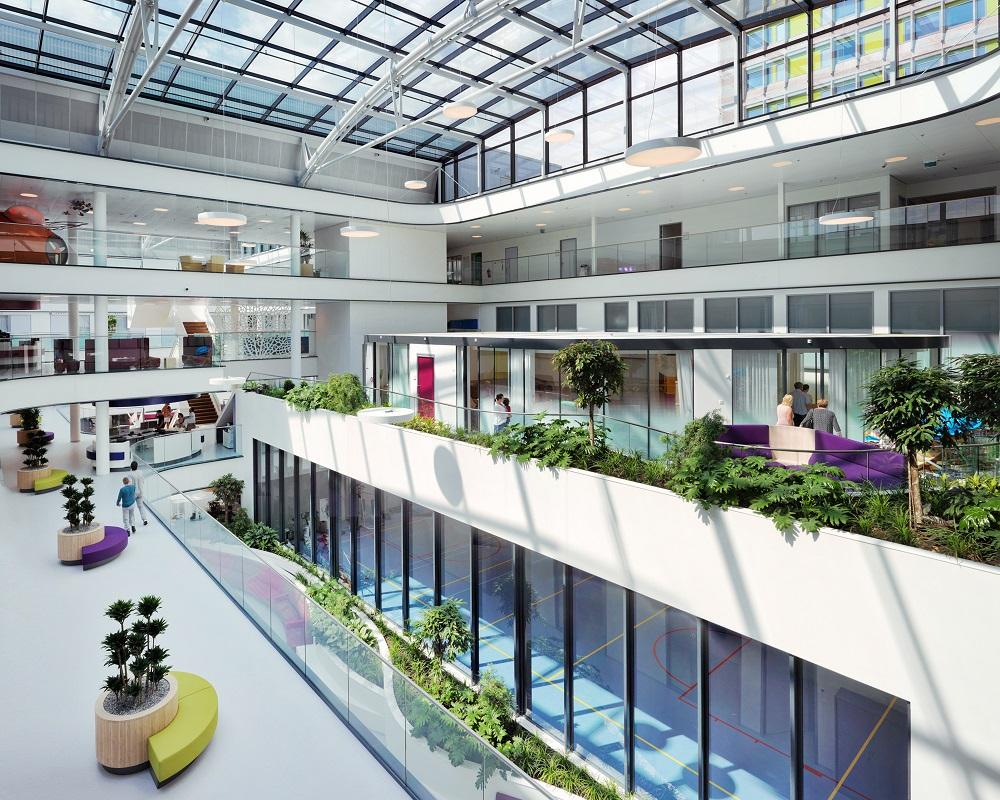 interieur met atrium en lichtkoepel haga ziekenhuis