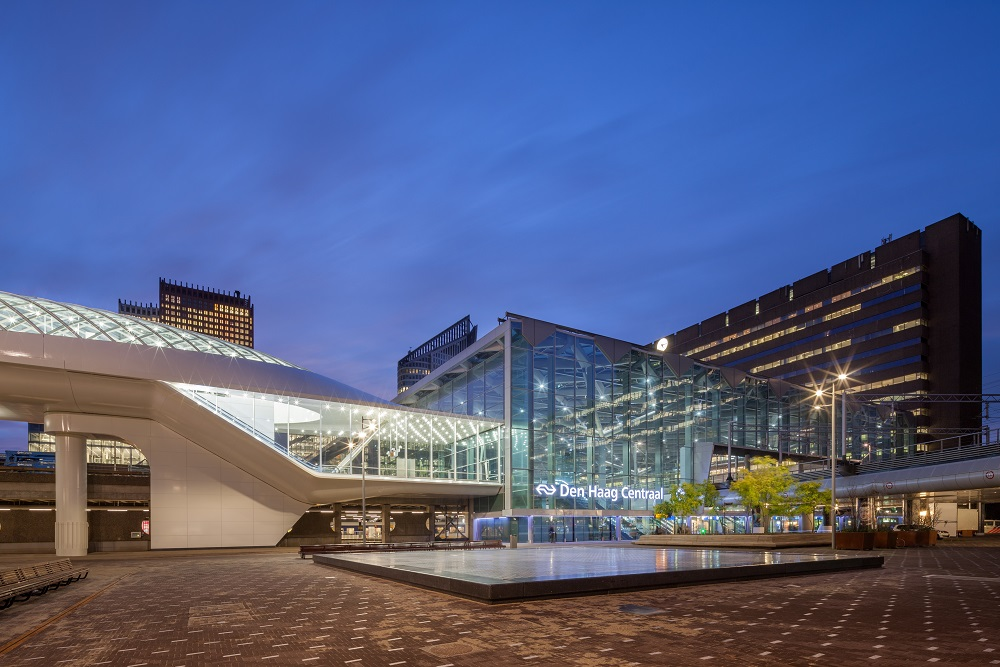 lightrail station bij station Den Haag Centraal