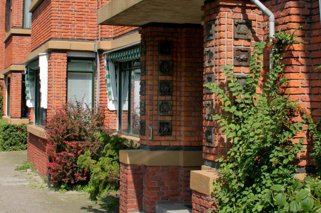 detail ingang Nieuwe Haagse School architectuur