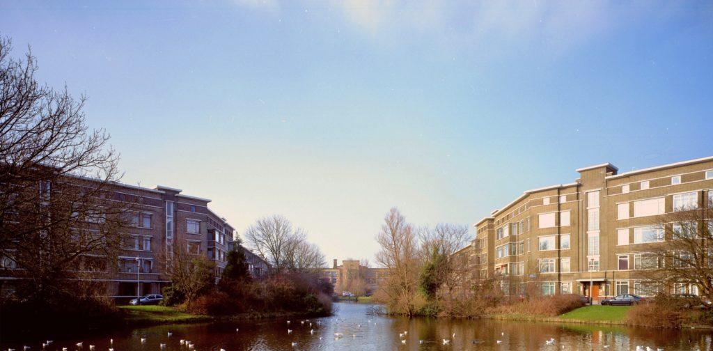 waterpartij met Dalton College in stijl Nieuwe Haagse School