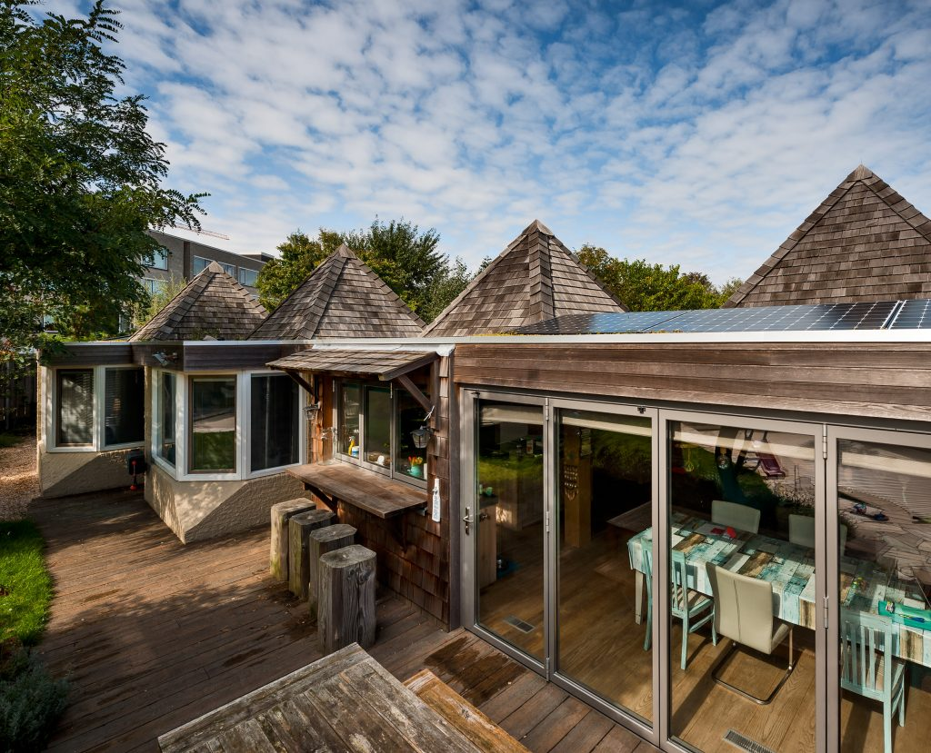 markante woning met 'hoedjes' post 65 architectuur