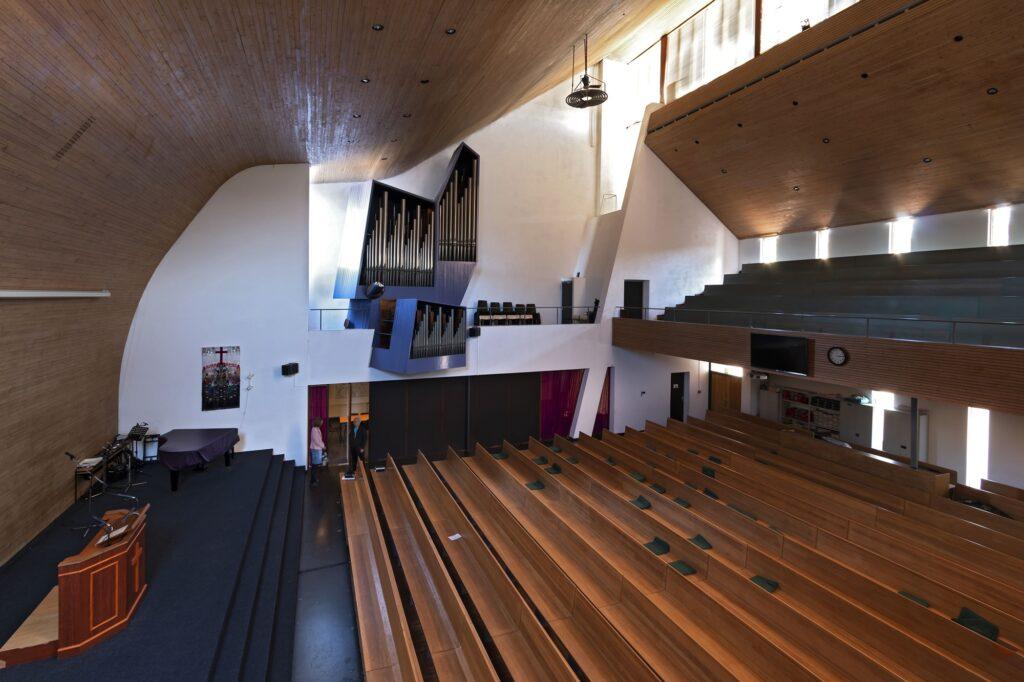 laakkerk interieur met karakteristiek plafond