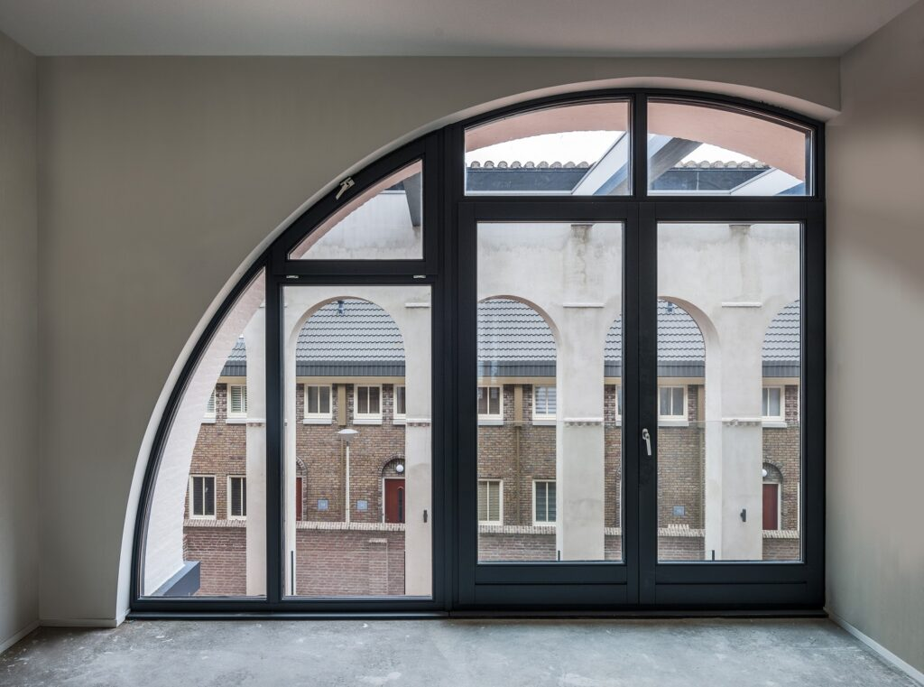 raam met doorzicht beschermd wonen in voormalige kerk moerwijk