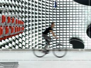 futuristisch fietsparkeren onder kj-plein