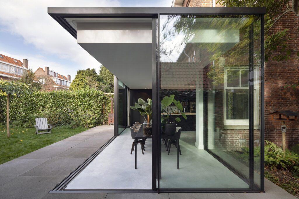 open hoek in minimalistische uitbouw
